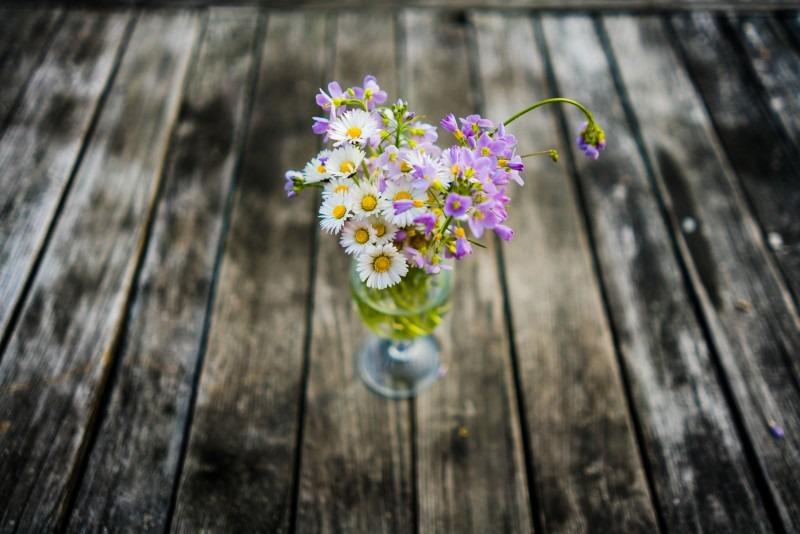 Blumen auf altem Holztisch