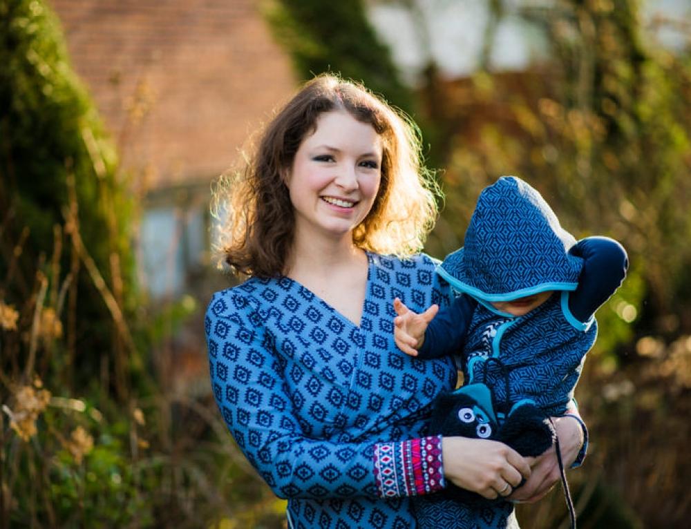 Blau auf Kleid, Baby und einer Titelseite