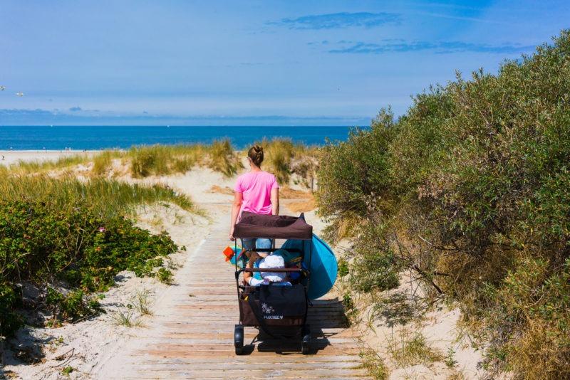 Nordsee Strände: Zwischen Dünen auf Holzstegen zum Strand auf Langeoog