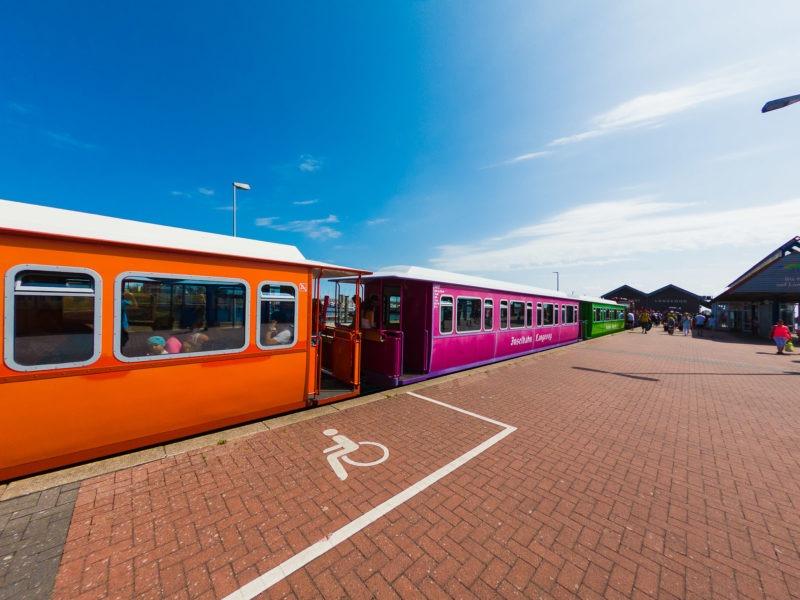 Nordsee Strände: Die bunte Bahn vom Hafen zum Dorf in Lageoog