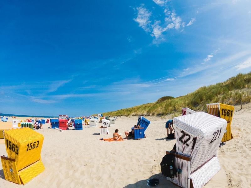 Nordsee Strände: Bunte Strandkörbe am Strand von Langeoog