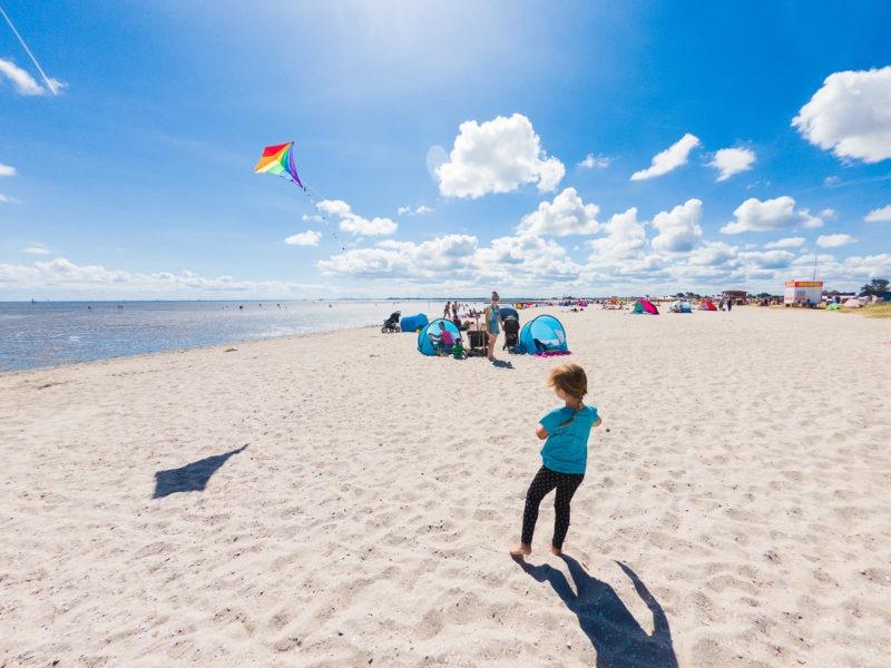 Nordsee Strände: Drachensteigen lassen am Strand in Schillig