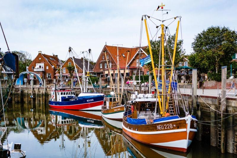 Nordsee Strände: Boote am Hafen von Neuharlingersiel