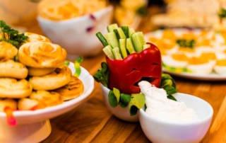 Halloween Party Rezept: Kotzende Paprika mit Rohkost und Dipp