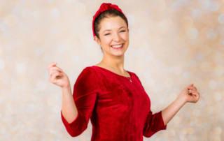 Weihnachtskleid für Damen nähen aus rotem Samt: Tipps fürs Nähen mit elastischem Samt-Sweat