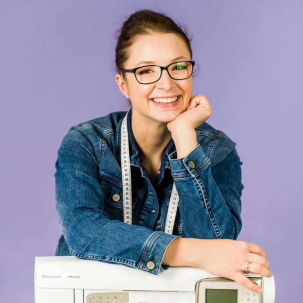 Naehfrosch Katja lila und weisser Hintergrund 190 quadratisch